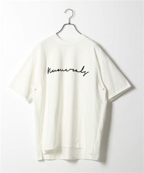 NUMERALS(ヌメラルズ)の「NUMERALS/ロゴプリントTシャツ【niko and